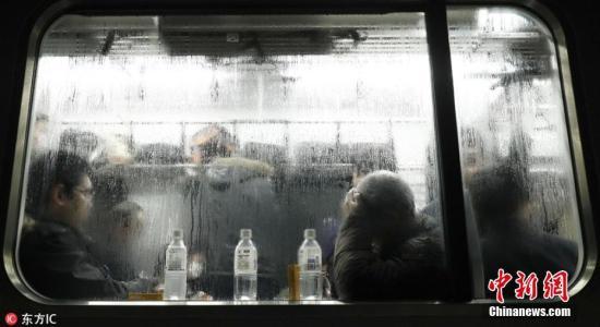 日本一新干线列车被困积雪中 数百乘客被困车中