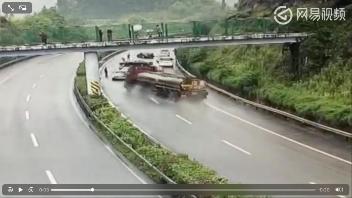 高速上5个司机正在处理事故,突然祸从天降,下一秒惨遭团灭!