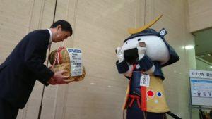 """宫城旅游吉祥物""""MUSUBI丸""""迎来11岁生日 半年工资是30公斤大米"""