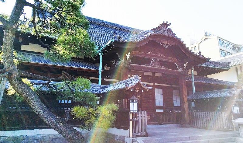 斜めから撮影した泉岳寺本堂