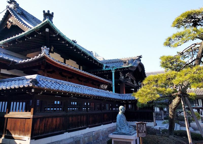 泉岳寺本堂と澤木興道の銅像
