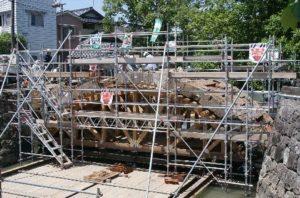 受地震影响的江户时代的船板桥进行拆除工作