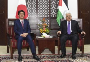 安倍向巴勒斯坦总统阿巴斯称将积极推动中东和平