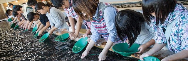 砂金採り体験 西伊豆 土肥金山 | 家族で楽しめる金のテーマパークHPから引用