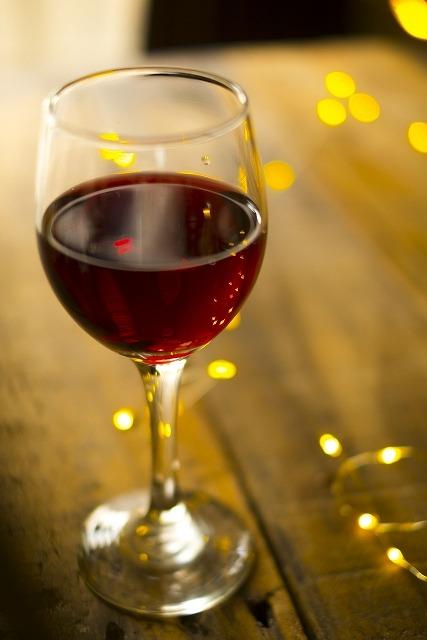 グラスの赤ワイン