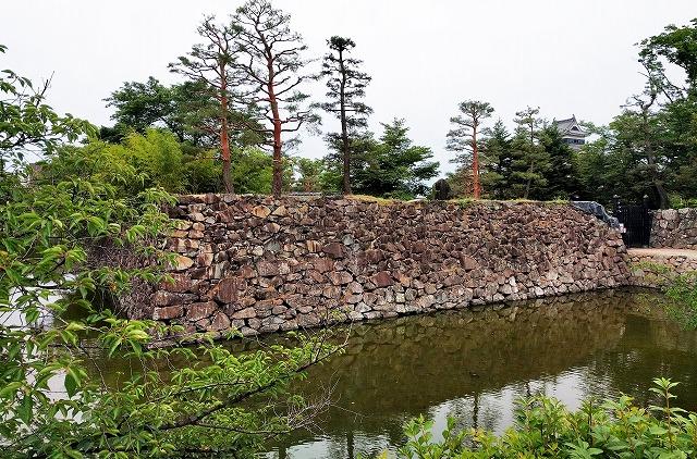 松本城北側の堀と石垣