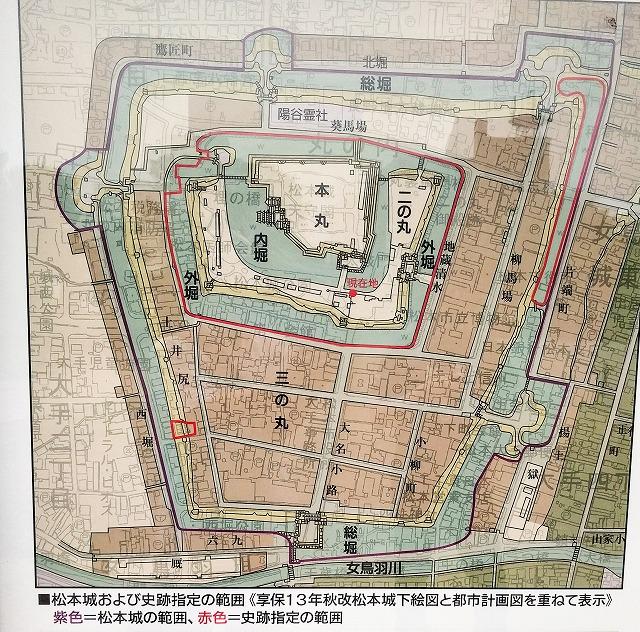 現在の地図と重ね合わせた松本城縄張図