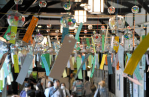 日本和歌山一车站内悬挂500个风铃 打造夏日清凉通道