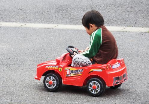ペダルとプロポ両方操作可能な乗用ラジコンカー【連載:アキラの着目】