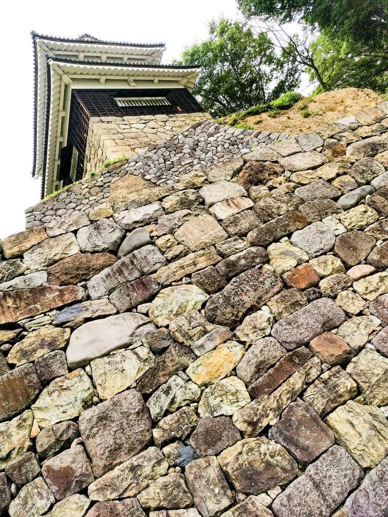 尼ヶ淵の崖から見上げた上田城南櫓