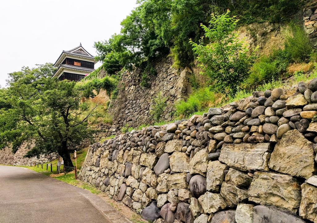 尼ヶ淵の崖から見た上田城西櫓