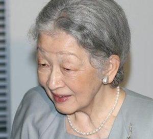 日本皇后出席提升女性地位非政府组织招待会 同与会者英语交谈