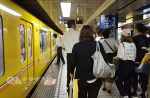 搭电车背包怎背日本关东关西有差