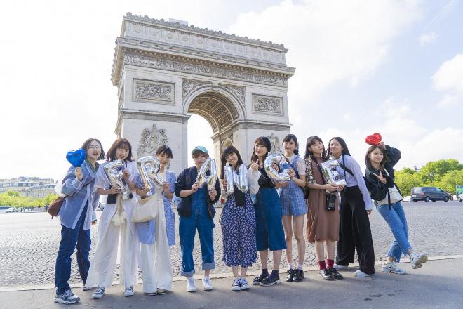 フランス・パリ凱旋門前で勢揃いのアンジュルム 日本で発表されている、ポップス、ロックミュージック等をはじめとした音楽作品を紹介するサイト『BARKS』から引用