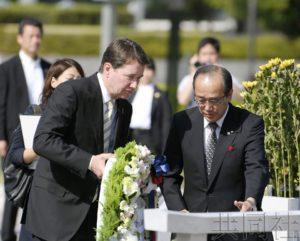 美国驻日大使会晤广岛市长 向核爆慰灵碑献花