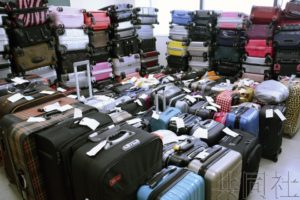 日本机场苦于弃置行李箱增多 推出回收服务