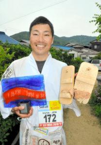 荒野沙漠挡不住!日本男子穿木屐跑完240公里的马拉松