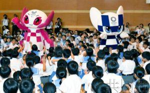 东京奥运吉祥物及作者同福冈小学生进行交流