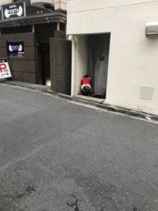 樱花妹躲街道角落大便网友:在拍A片?