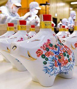 日本三得利11月发售猪年威士忌 酒瓶印有松竹梅图案