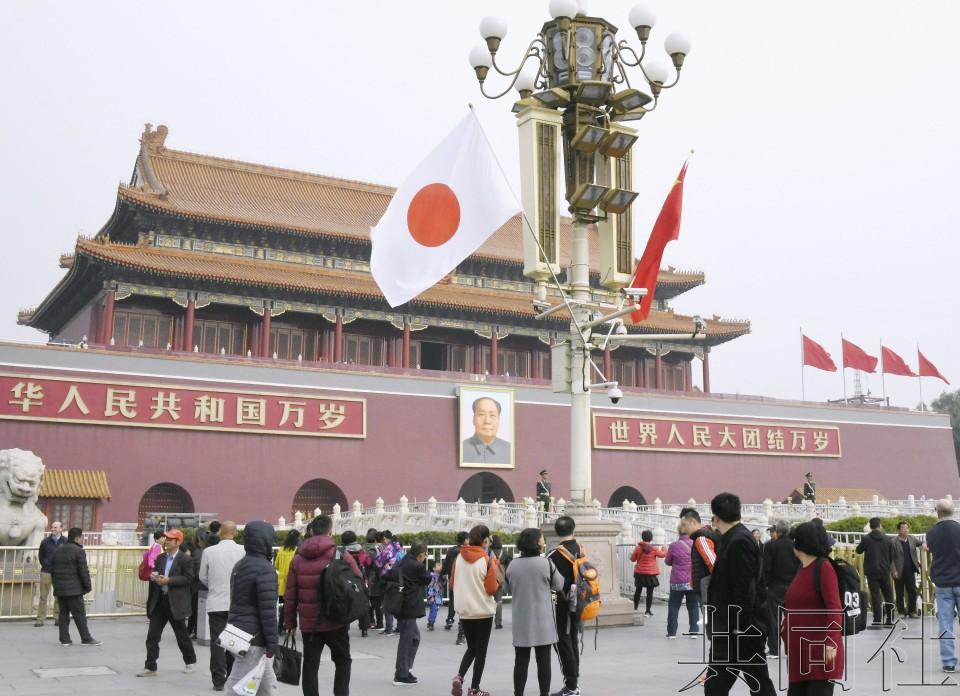 安倍访华首日北京天安门附近挂起日本国旗