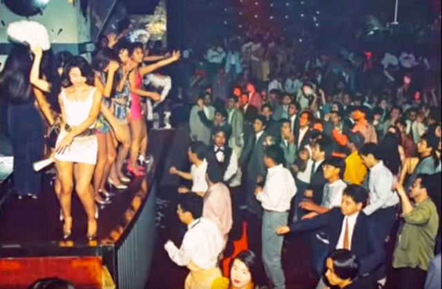 ジュリアナ東京のお立ち台でジュリ扇をあおぎながら踊るバブル期のギャルたち