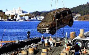 """日本""""3·11""""大地震时被海啸卷走的汽车被打捞上岸"""