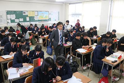 富山县高中生用Skype与台湾同龄人交流学习