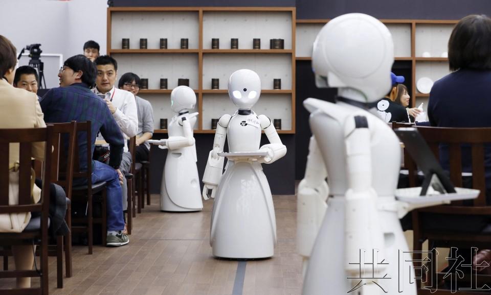 残障者远程操控机器人待客的咖啡馆开业