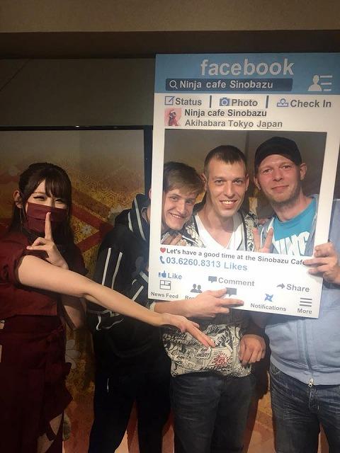 Facebookの枠パネルの中からご満悦な表情を見せる欧州からの観光客 Ninja cafe Sinobazu @Ninja.akihabara Facebookページから引用