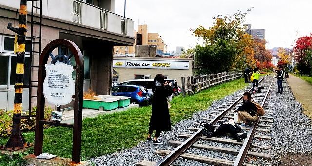 旧手宮線廃線跡で戯れる若い女性観光客たち