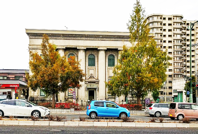 モダンなビルの旧安田銀行小樽支店