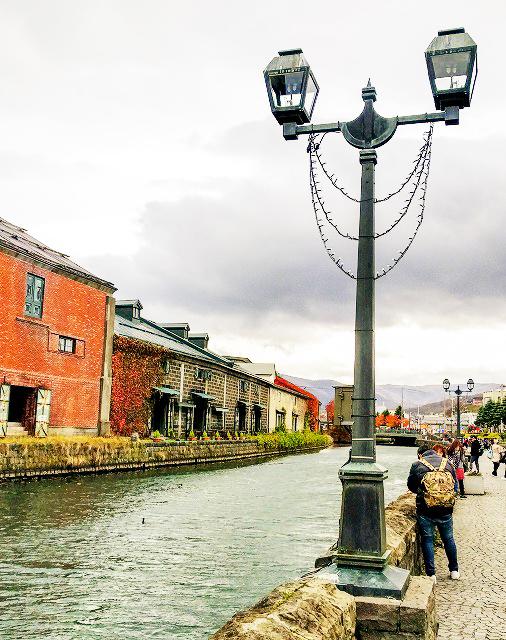 運河脇の遊歩道にあるレトロな街灯