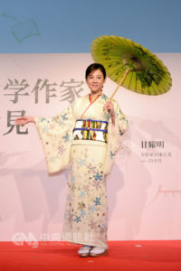 高桥真麻任客家文化大使穿桐花和服撑纸伞登场