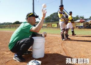 前中日捕手小田幸平连两年来台看台湾小朋友打棒球很有感