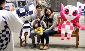 2020年东京奥运会吉祥物亮相有乐町 深受小朋友喜爱