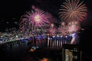 静冈县「热海海上烟火大会」超过60年历史的滨海花火盛典