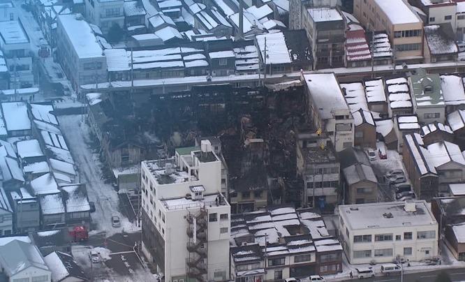 日本新潟县十余栋建筑起火致3人死亡