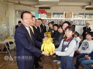 谢长廷致赠香蕉日学童:希望多了解台湾