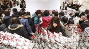 各大百货公司迎来新年首个营业日 顾客纷纷购买福袋