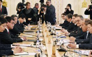 安倍秘书官罕见出席日俄外长会谈 或为汇报磋商情况