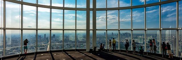 広角ガラスからの眺めと開放感ある屋上の六本木ヒルズ展望台【連載:アキラの着目】