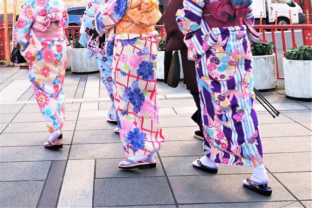 着物と草履を身に着けた日本女性