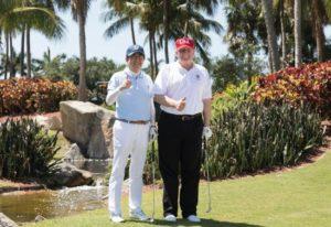 """美媒:特朗普在高尔夫球场上让安倍""""吃了一惊"""""""