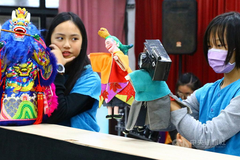 海漂相机牵起台日缘拾获学生布袋戏演出倡环保