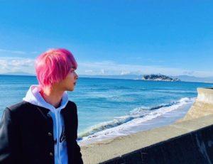 日剧《初次恋爱那一天所读的故事》的男孩太引人注目!粉红头发越看越讨人喜欢的横滨流星