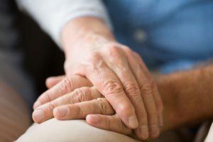 77岁老婆婆想对23岁的自己说:老公,希望再次恋上你…