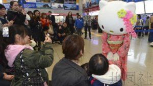 """中国春节""""凯蒂猫""""身穿和服在JR关西机场站迎客"""
