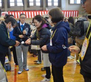日本小镇353人用汤匙传递生鸡蛋 创吉尼斯世界纪录