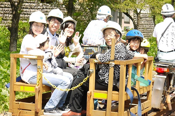木製トロッコ(スタッフ運転のオートバイで牽引) レールマウンテンバイク Gattan Go!! - 自転車とレールで風になる、岐阜県飛騨市のロストライン・アクティビティ!から引用